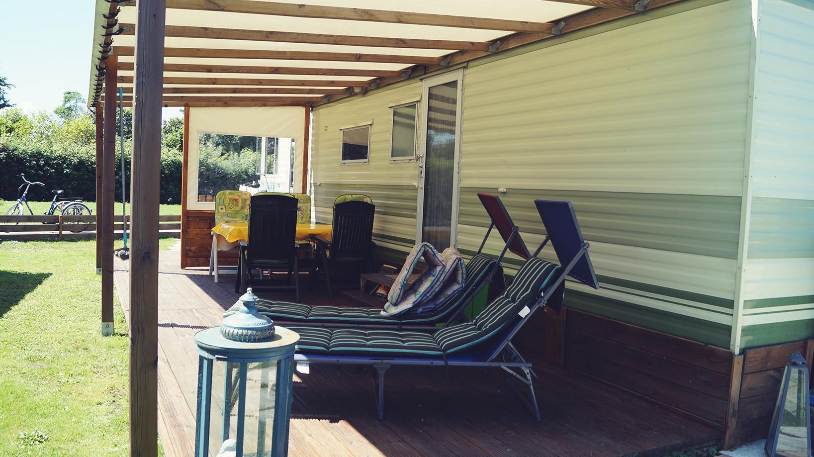 Die Terrasse mit Sitzgruppe und Liegen
