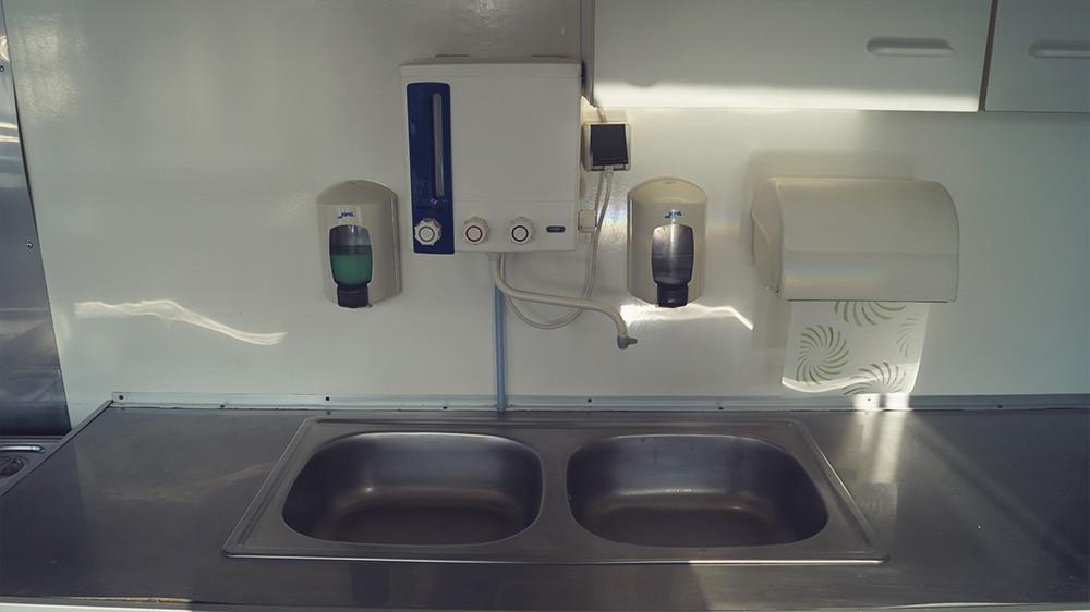 Waschbecken und Hygiene Station
