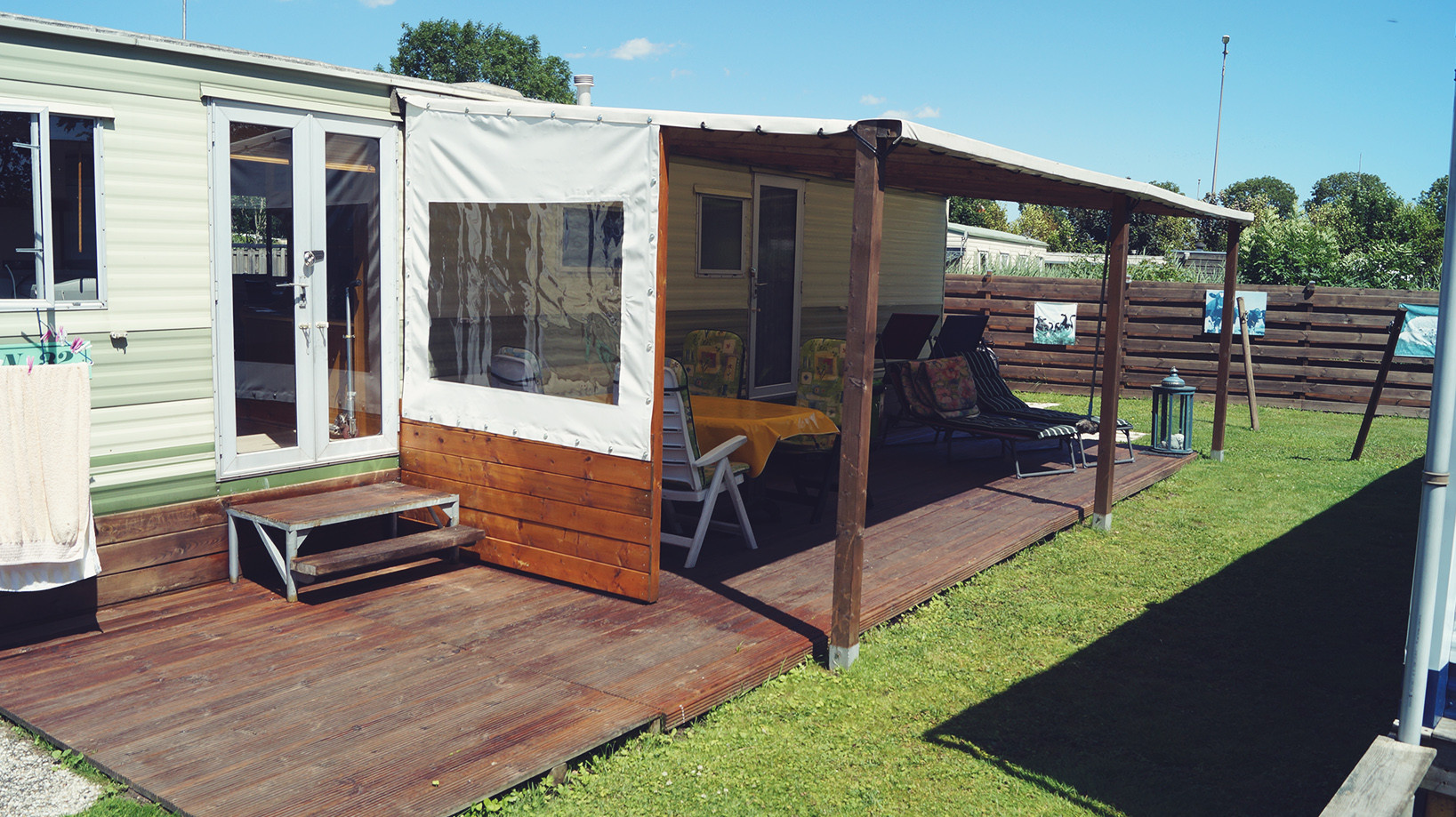 Die überdachte Terrasse mit WIndschutz
