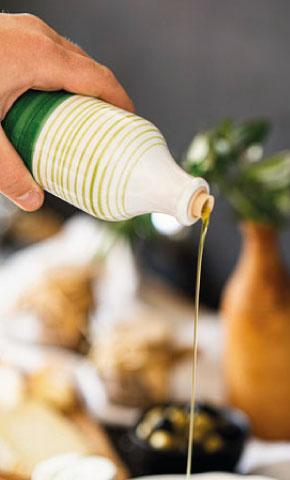 PurOlio Olivenöl in Schale gießen