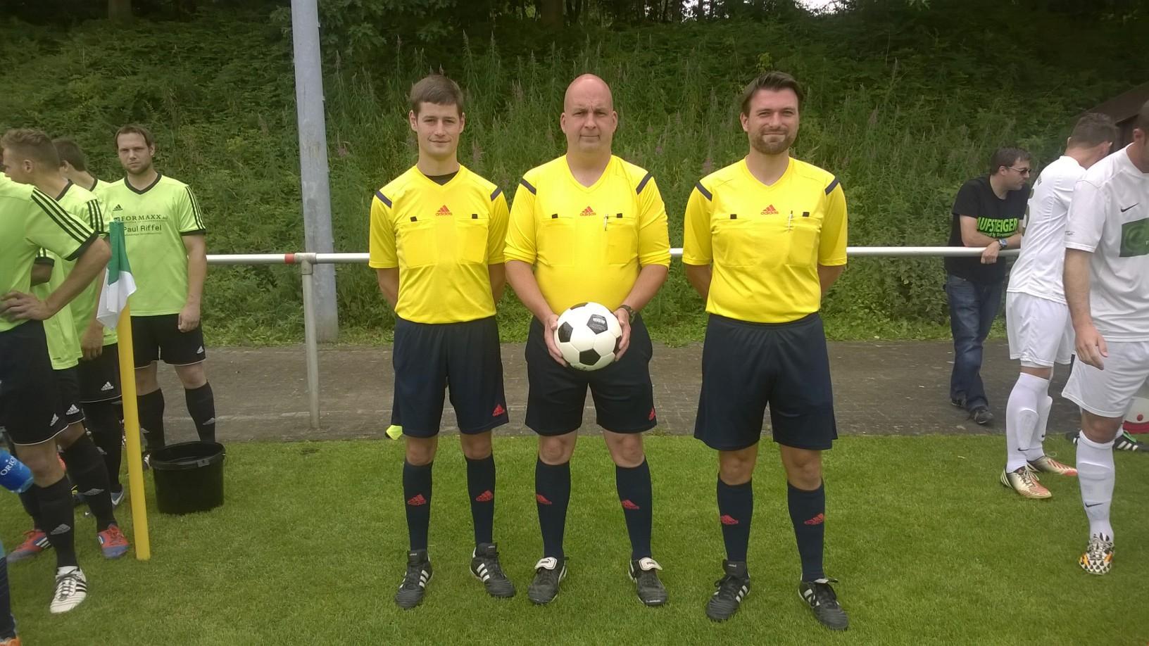 Die Schiedsrichter Sebastian Graf, Stefan Möbus und Thomas Heckmann
