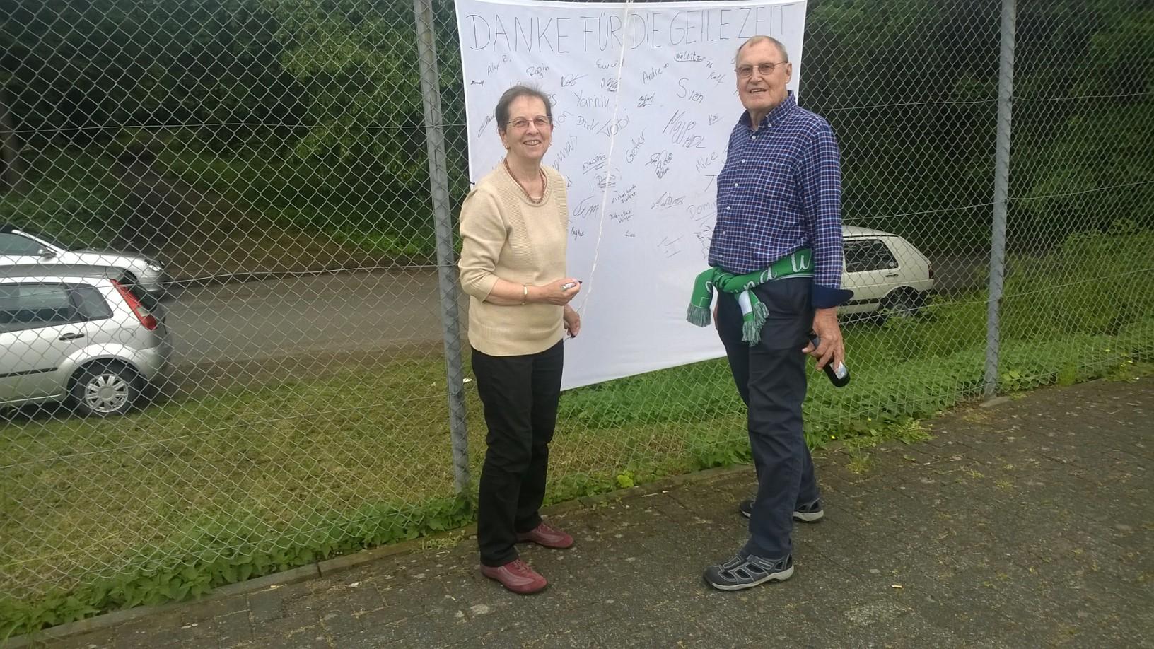 Renate und Heinz unterschreiben den Dank an Frieder
