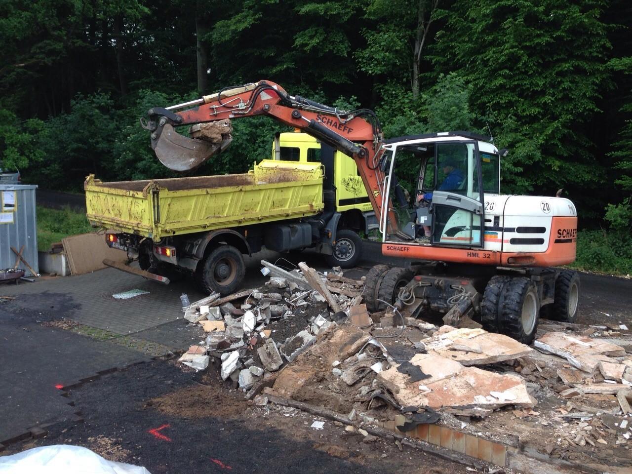 19.06.2015 Bagger- und Lkw-Einsatz zur Aufnahme der Bodenplatte