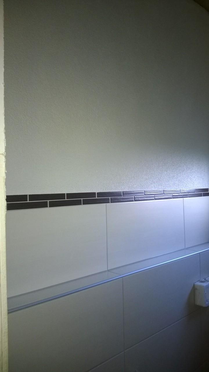 03.09. erster Raum mit ausgefugten Fliesen und verputzter Wand