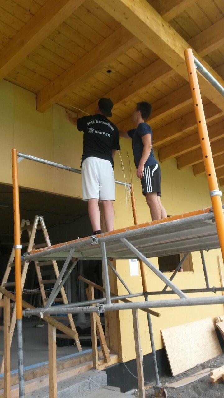 die Außenverkabelung erledigt Dennis mit Hilfe von Sven