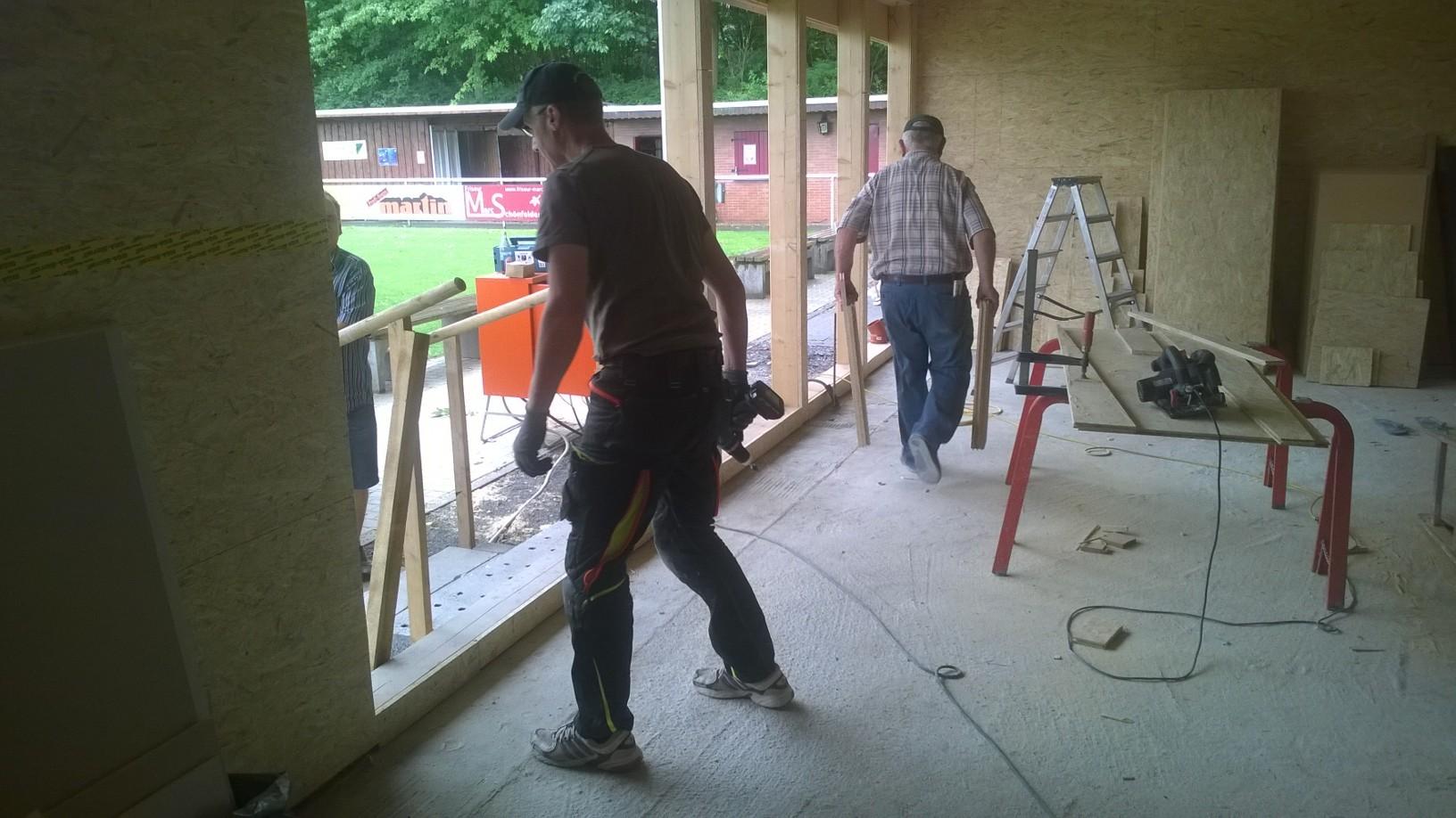 Dirk überall und Hans-Helmut bei Holzarbeiten