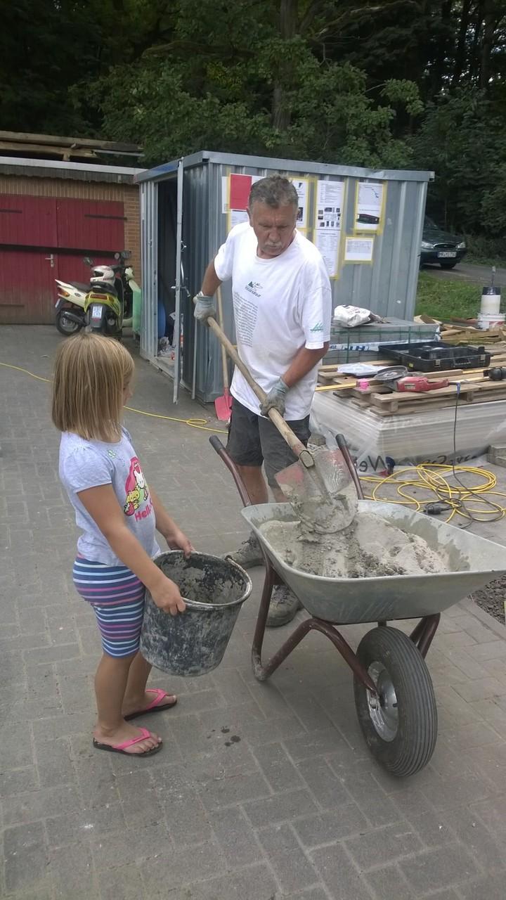 selbst Emma hilft Opa Gotthard beim Speis mischen