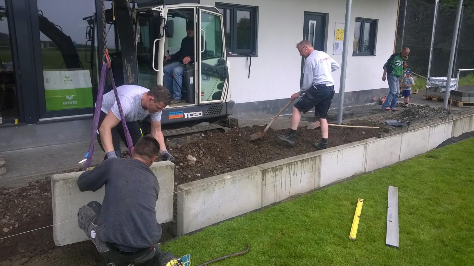 Manfred, Matthias, Roman und Dirk haben den Bau im Griff, Lars und Lasse kümmern sich ums beipflastern
