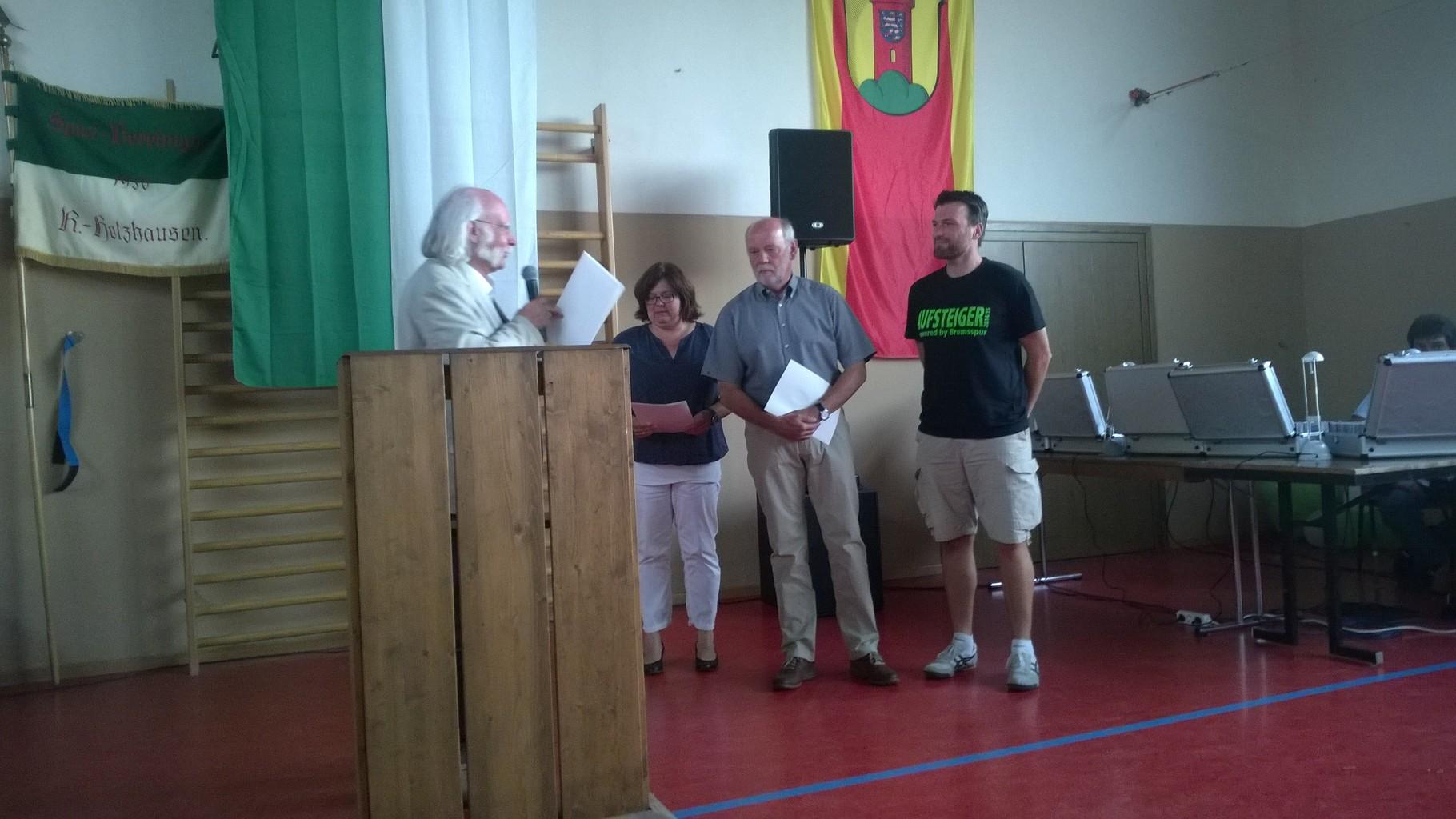 Jürgen Hertlein (Vorsitzender Sportkreis Marburg-Biedenkopf) überreichte die Ehrennadel in Bronze an Georg Hoffmann und die Verdienstnadeln des LsbH an Katja Zweckerl-Jura und Thomas Heckmann