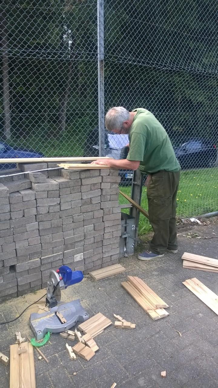 Frieder schneidet die Fassadenbretter zu