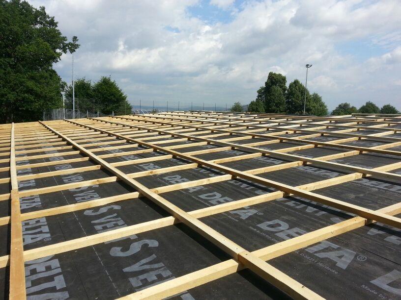 Auf dem Dach; Folie und Lattung für Trapezbleche bereit
