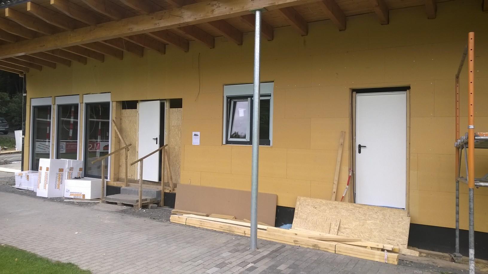 ... alle Fenster drin und zwei provisorische Türen eingebaut