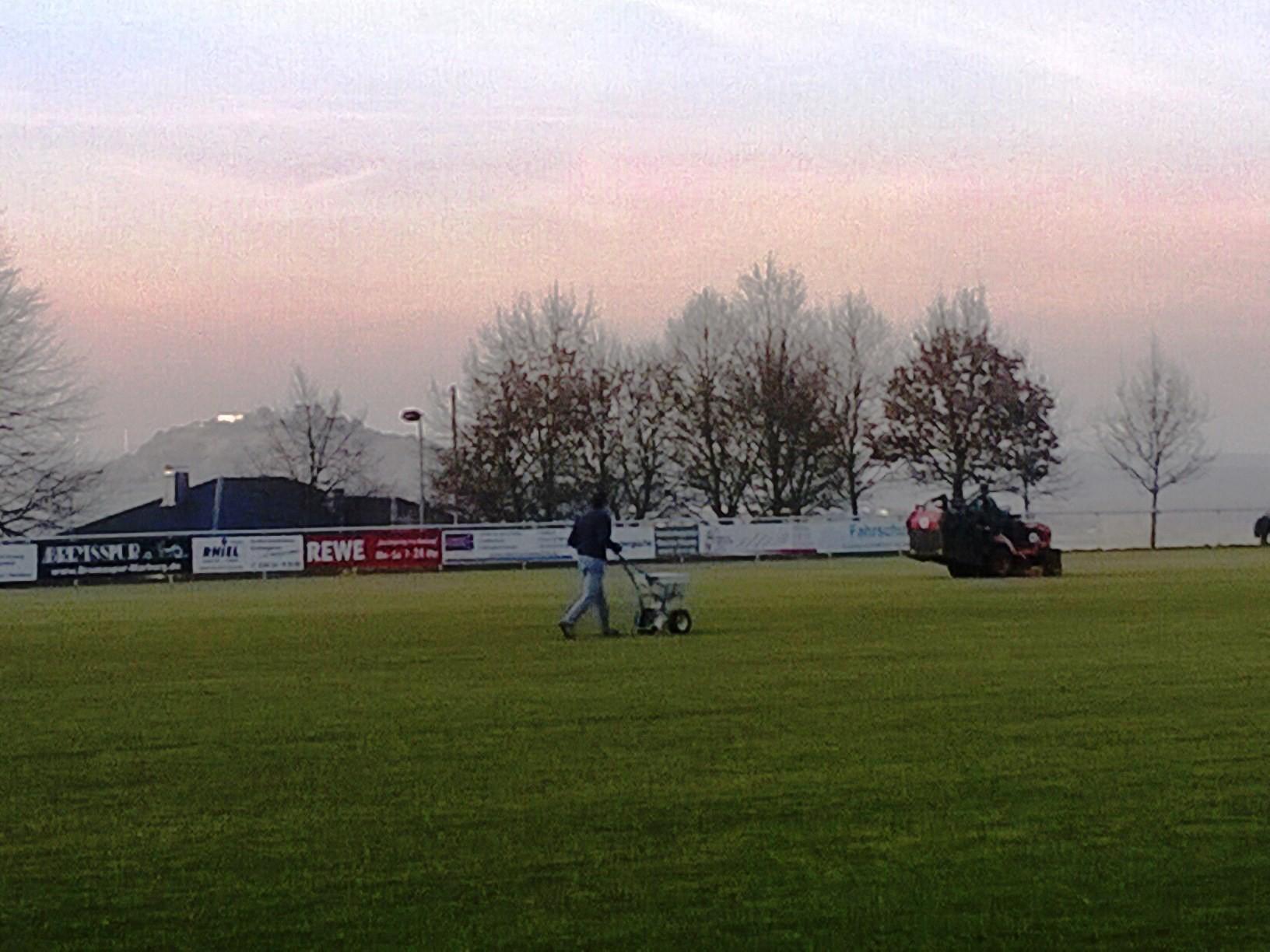 8. April 2015: Sportplatz wird für das Topspiel vorbereitet