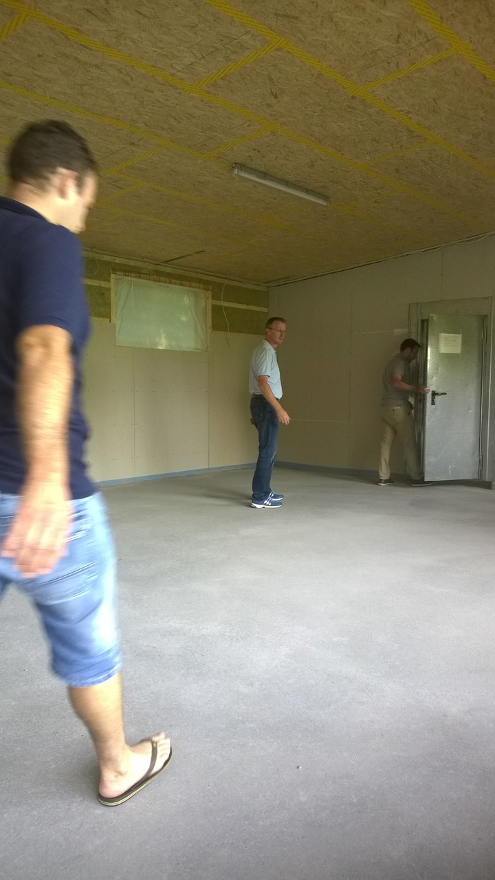 12.08. der Estrich hält :-) Dirk, Florian und Kai beim Belastungstest