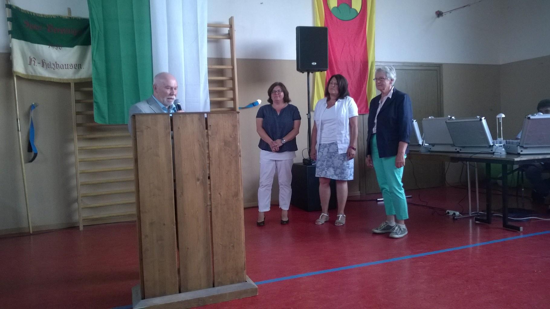 Bärbel Allamode, Beate Seibel und Katja Zweckerl-Jura erhielten aus der Hand von Klaus Reese (1. Vorsitzender Turngau Oberlahn-Eder) die goldene Ehrennadel des Turngau Oberlahn-Eder