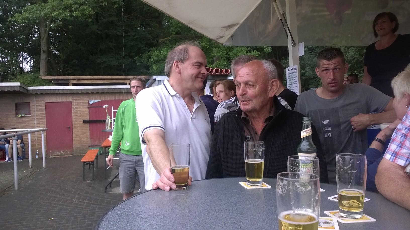 Paul Hoffrichter und Edgar Müller (Gebietsverkaufsleiter der Bitburger Gruppe) freuen sich über ein gelungenes Turnier