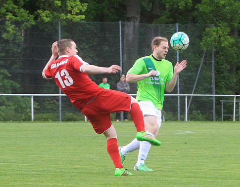 Auch hier gewinnt Lukas den Ball (OP-Foto M. Hoffstetter)