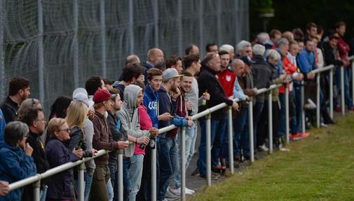 dicht gedrängt standen die Zuschauer - sie haben ihr kommen sicher nicht bereut. Es sei denn, es waren Anhänger der SG Dautphetal.
