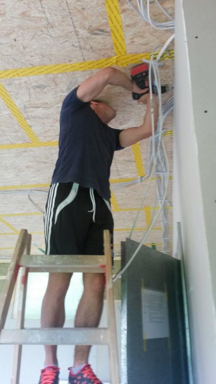 14.08. Jetzt legt die Fachschaft Elektro los mit der oberen Verkabelung, Dennis am Werk