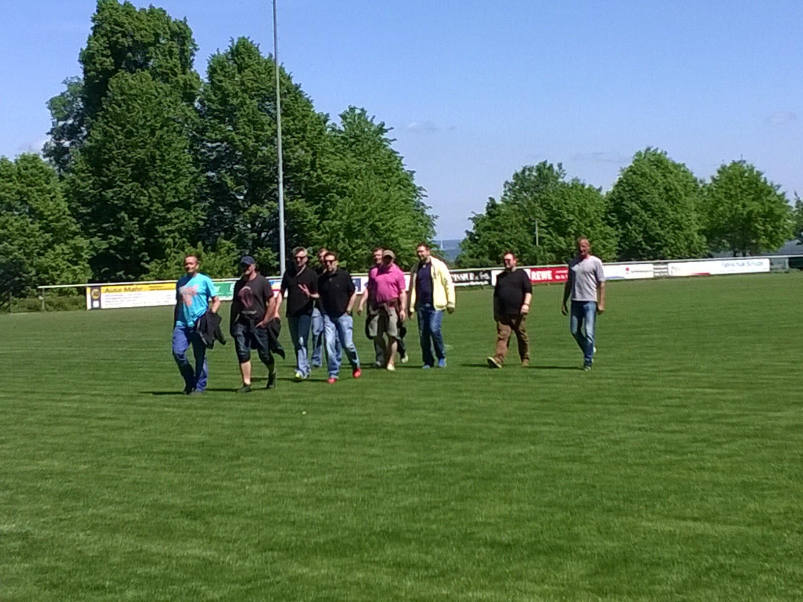 Die Alten Herren des RSV Roßdorf inspizieren den Rasenplatz