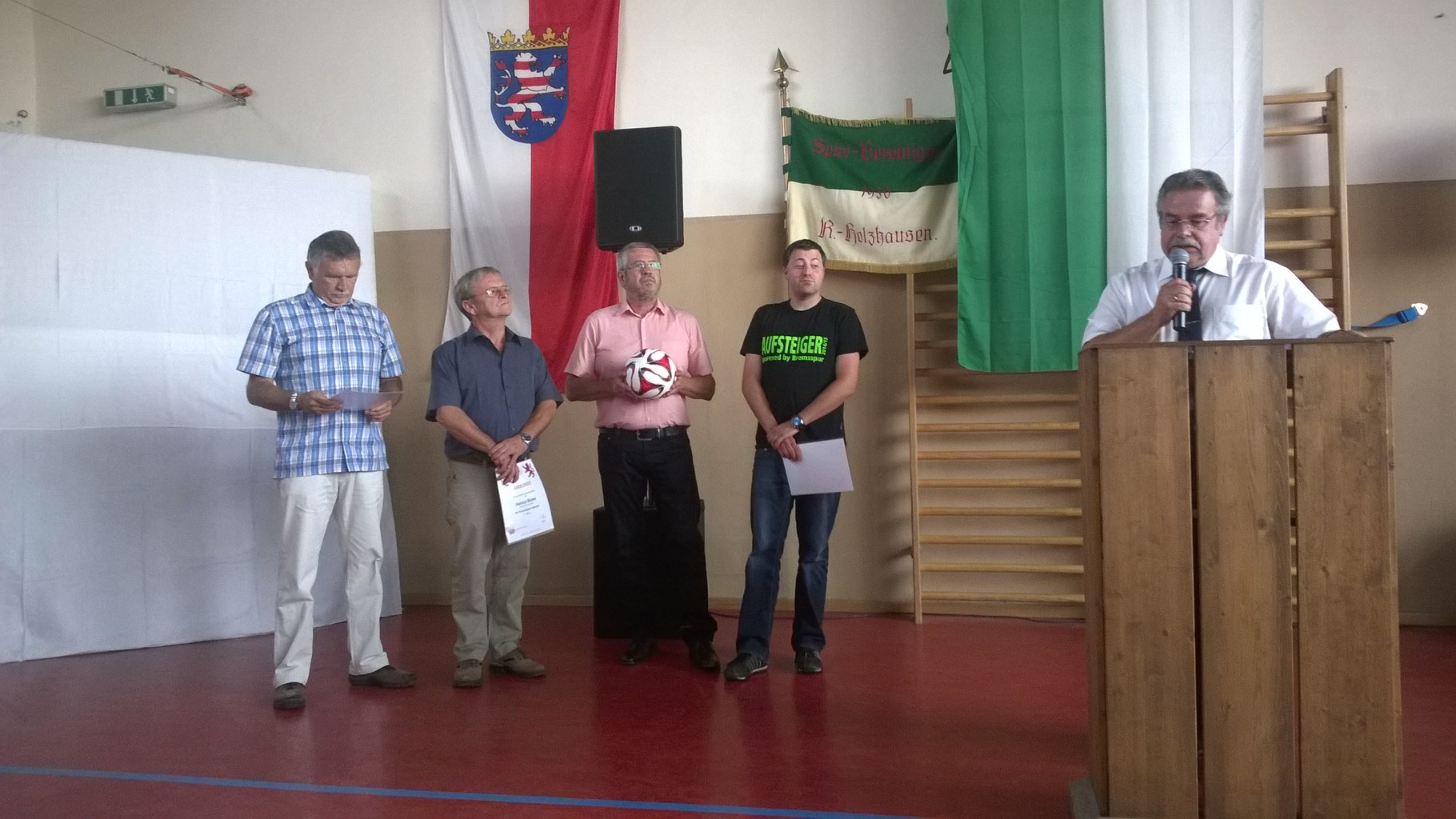 Die Ehrungen des HFV: Gotthard Zweckerl (Große Verbandsehrennadel), Helmut Blume und Frank Heckmann (Verbandsehrennadel in Bronze) überreicht von Kreisfußballwart Peter Schmidt