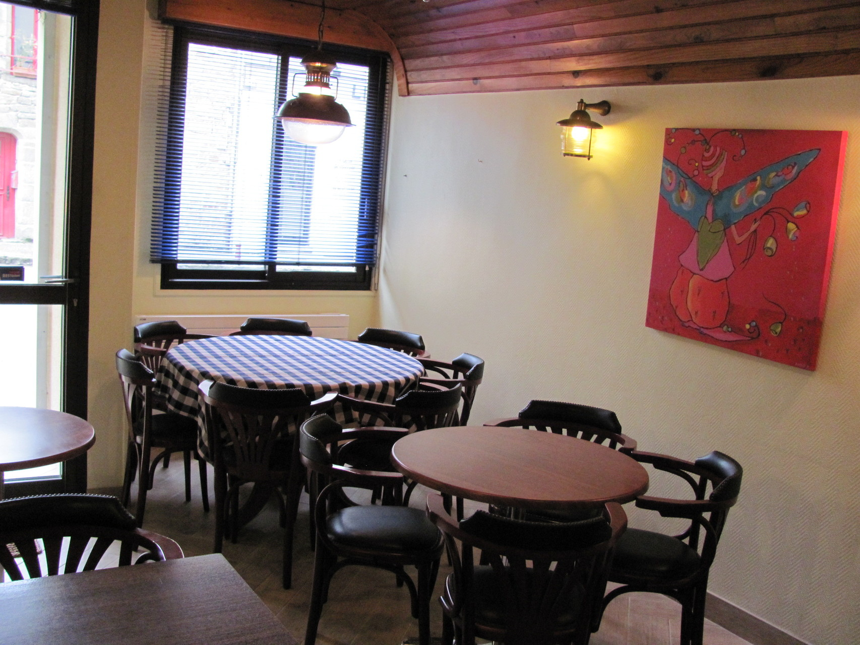 Tables dans la salle pour les personnes ayant des difficultés de déplacement