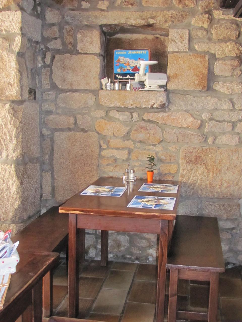 Une table dans la salle de restaurant