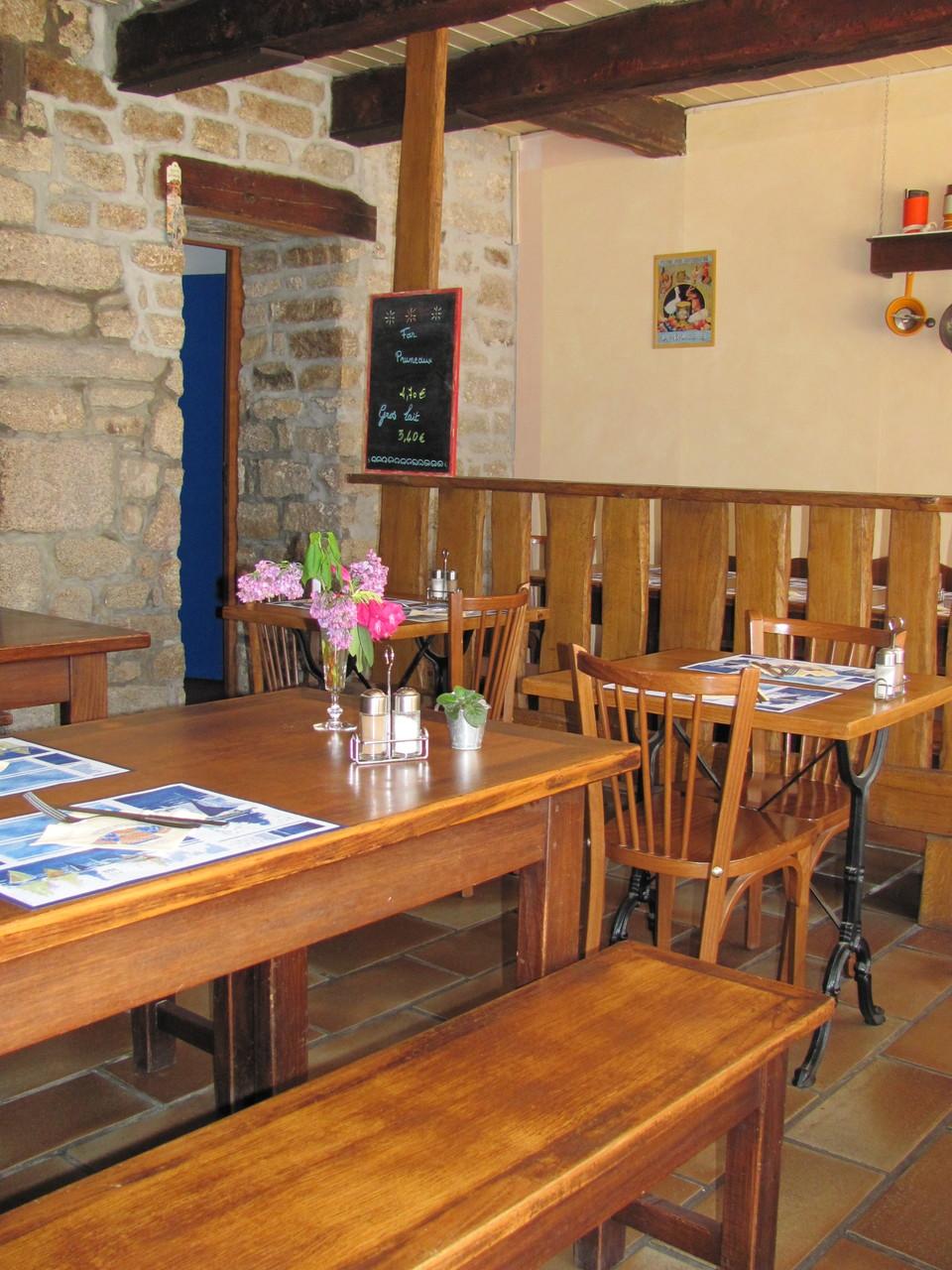 Table dans la salle de la crêperie Bigoudène