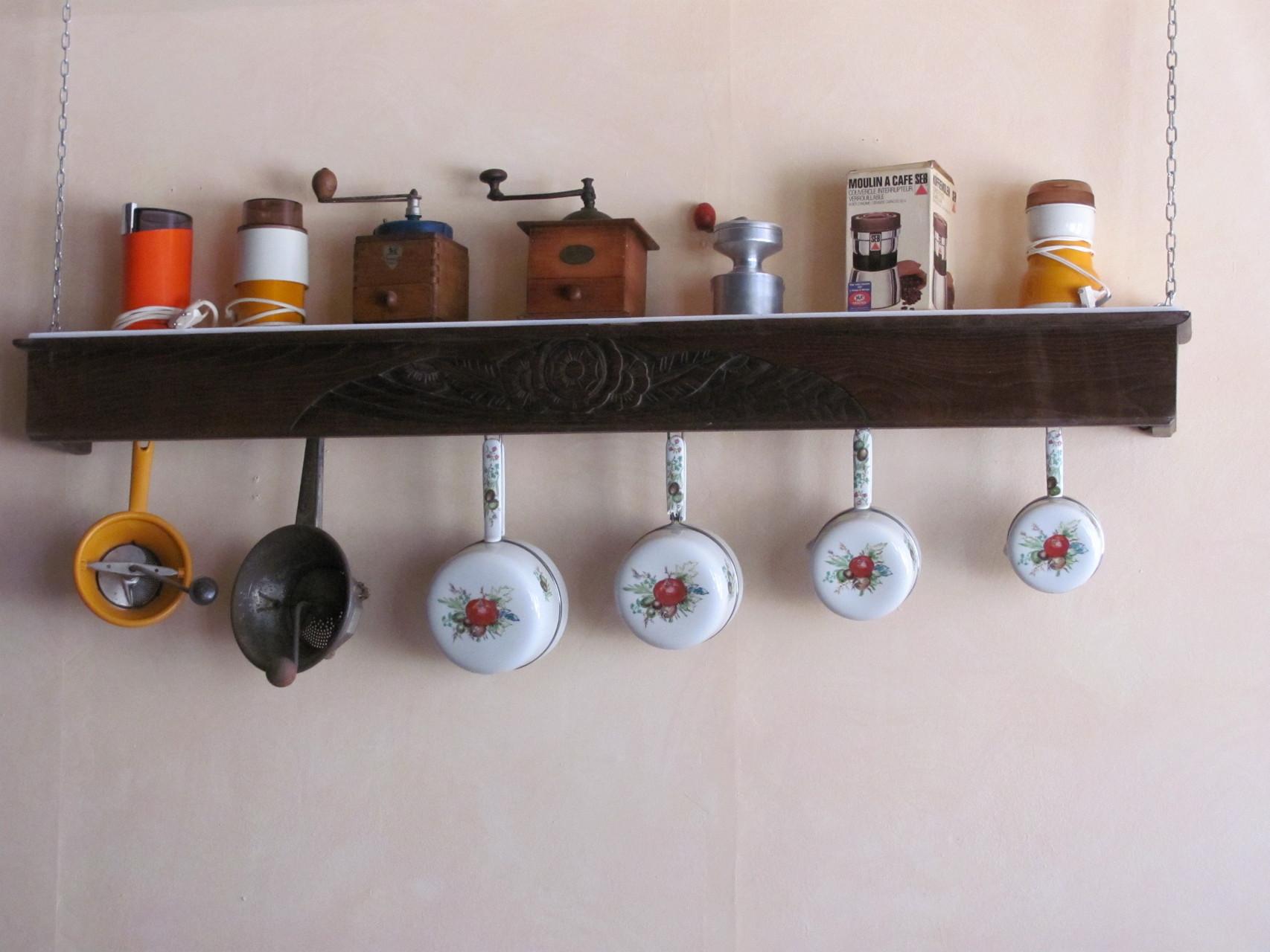 Ustensil de cuisine au mur de la salle de restaurant