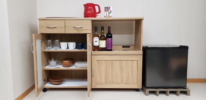 食器棚と小型冷蔵庫。サービスでミネラルウオーター、ドリップコーヒーやお茶等を置いてることも。(あればラッキー)[Room-B]