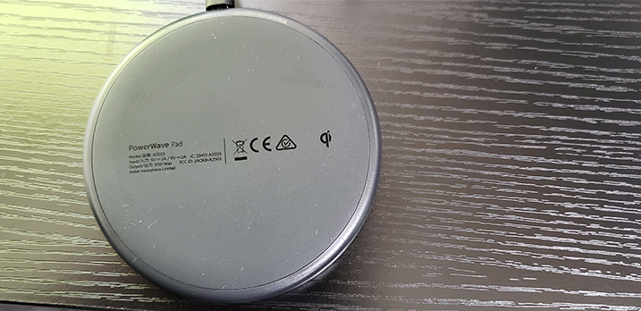 スマホを置くだけで充電できるQi認証ワイヤレス充電器(※対応していない機種もございます) [Room-B]