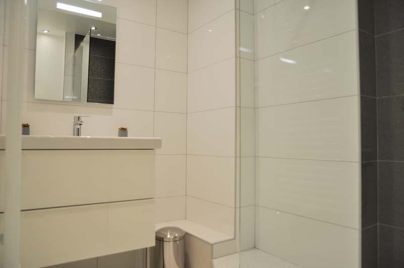 Blanc pur, toilettes séparés de la salle de bain