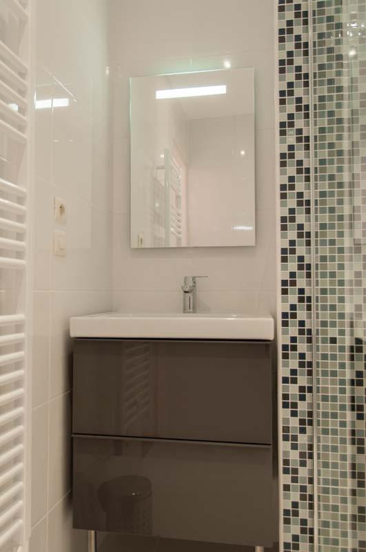salle de douche neuve et confortable