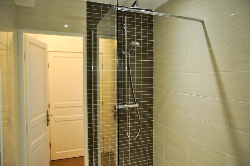 douche neuve, toilettes dans la salle de bain