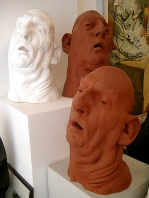 Johannes Grützke: *Köpfe*, 2001, Ton, 58 x 37 cm
