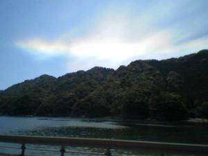 歩いていると空に虹のような模様があった