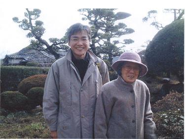 星塚敬愛園で井藤さんと新聞記者、坂本光三郎さん