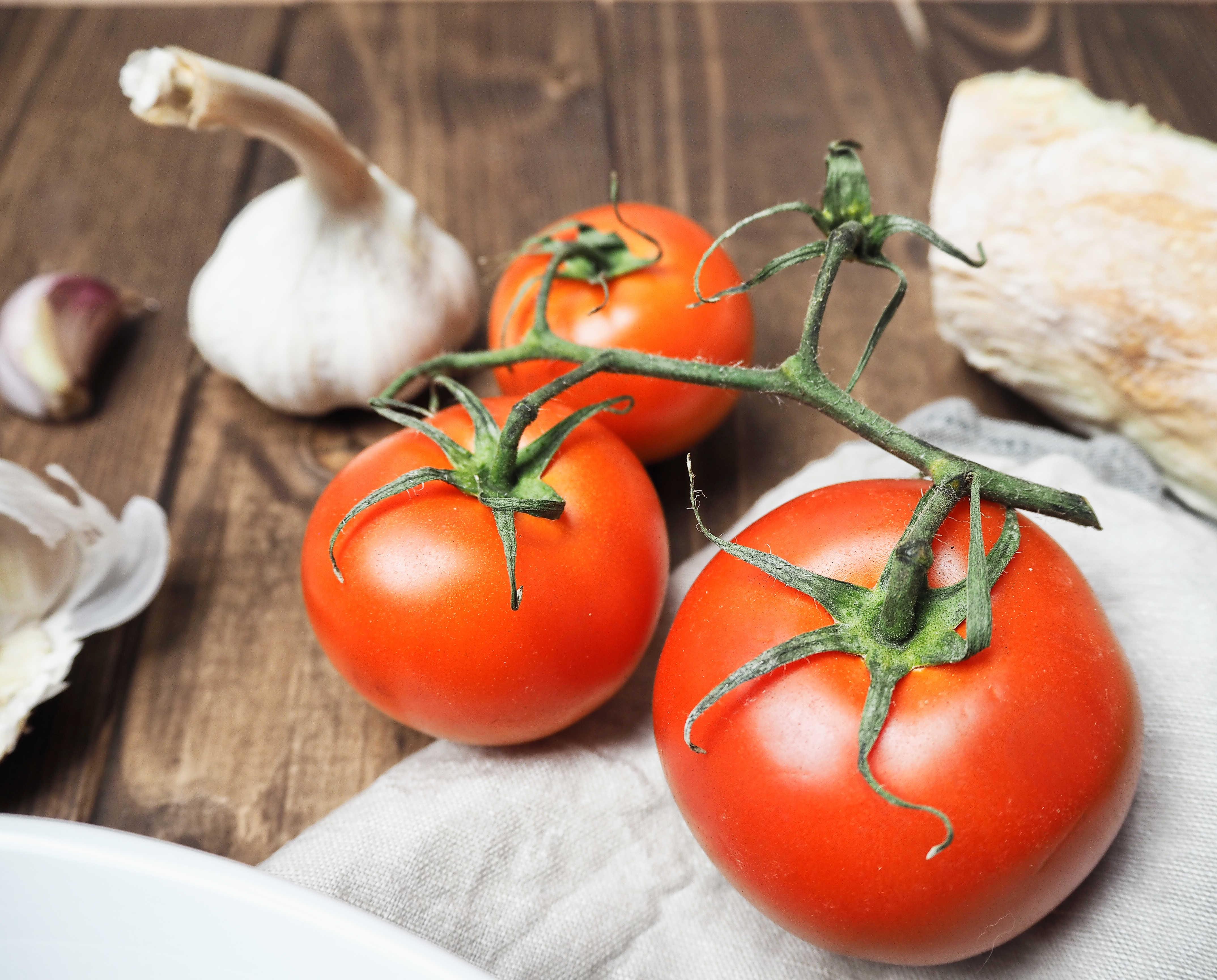 Tomaten und Knoblauch für Gnocchi in Tomaten-Weißwein-Soße mit Thunfisch und Muscheln