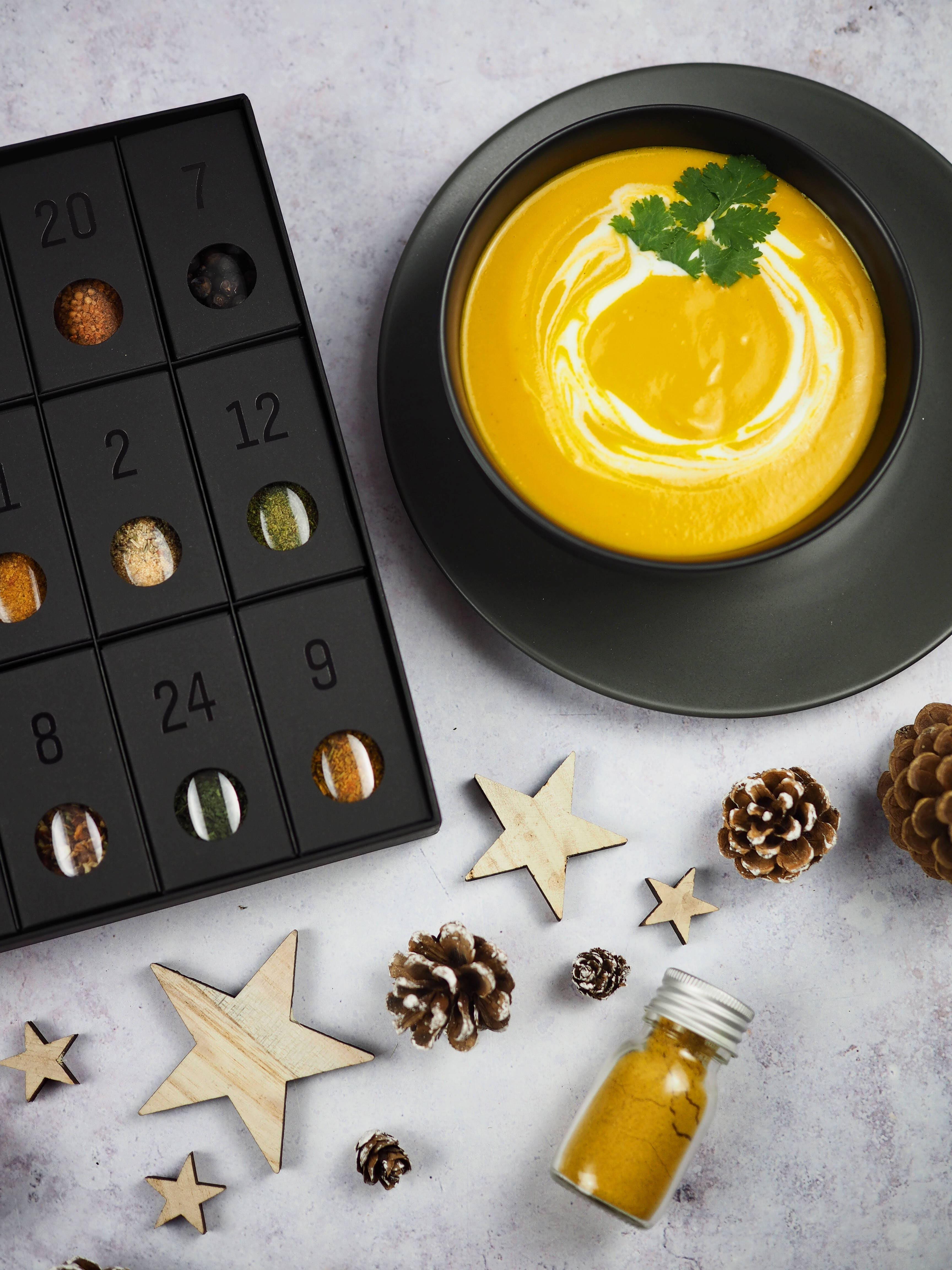 Gewürz-Adventskalender von MEIN GENUSS und Karotten-Curry-Suppe