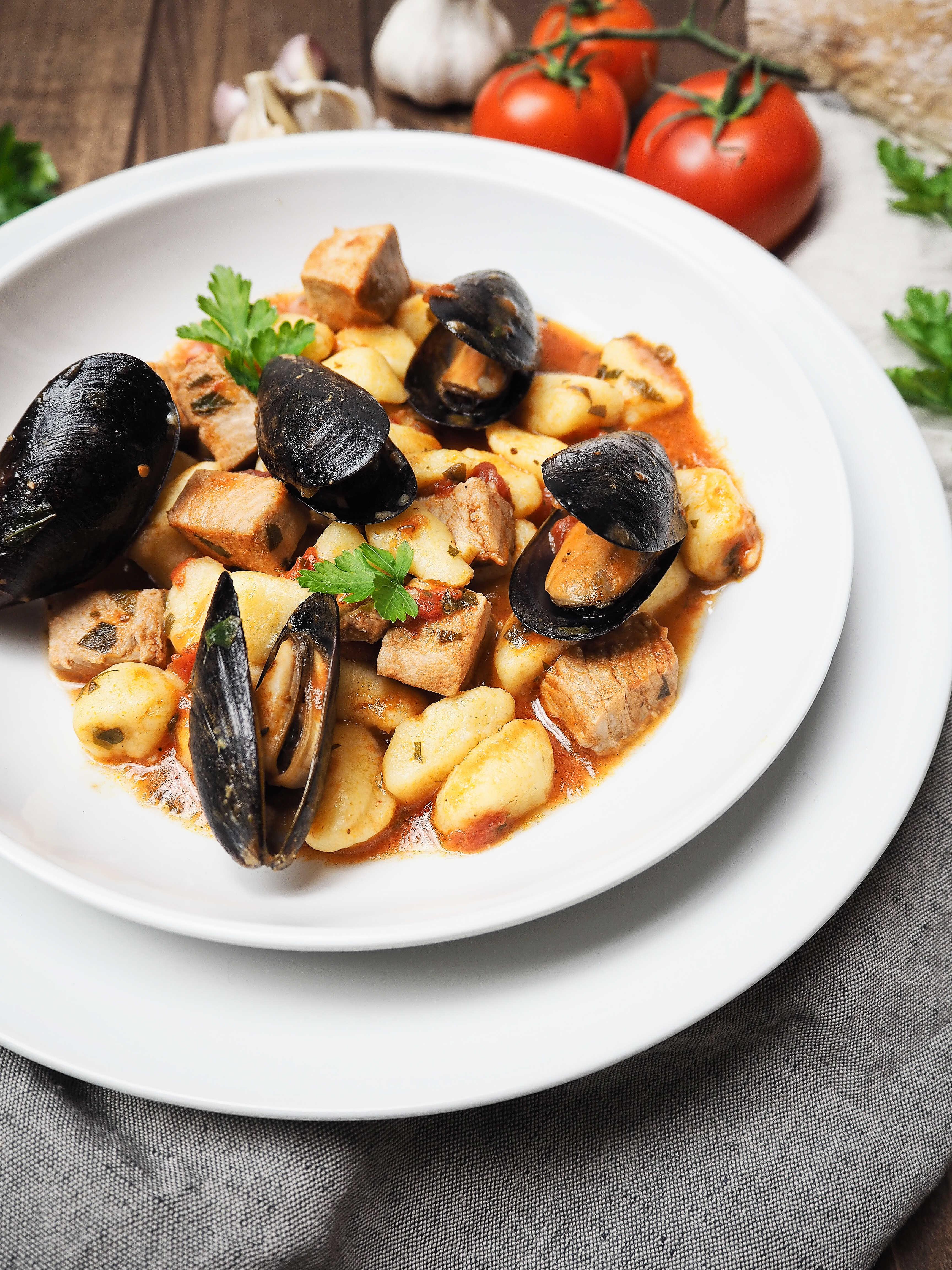 Gnocchi in Tomaten-Weißwein-Soße mit Thunfisch und Muscheln