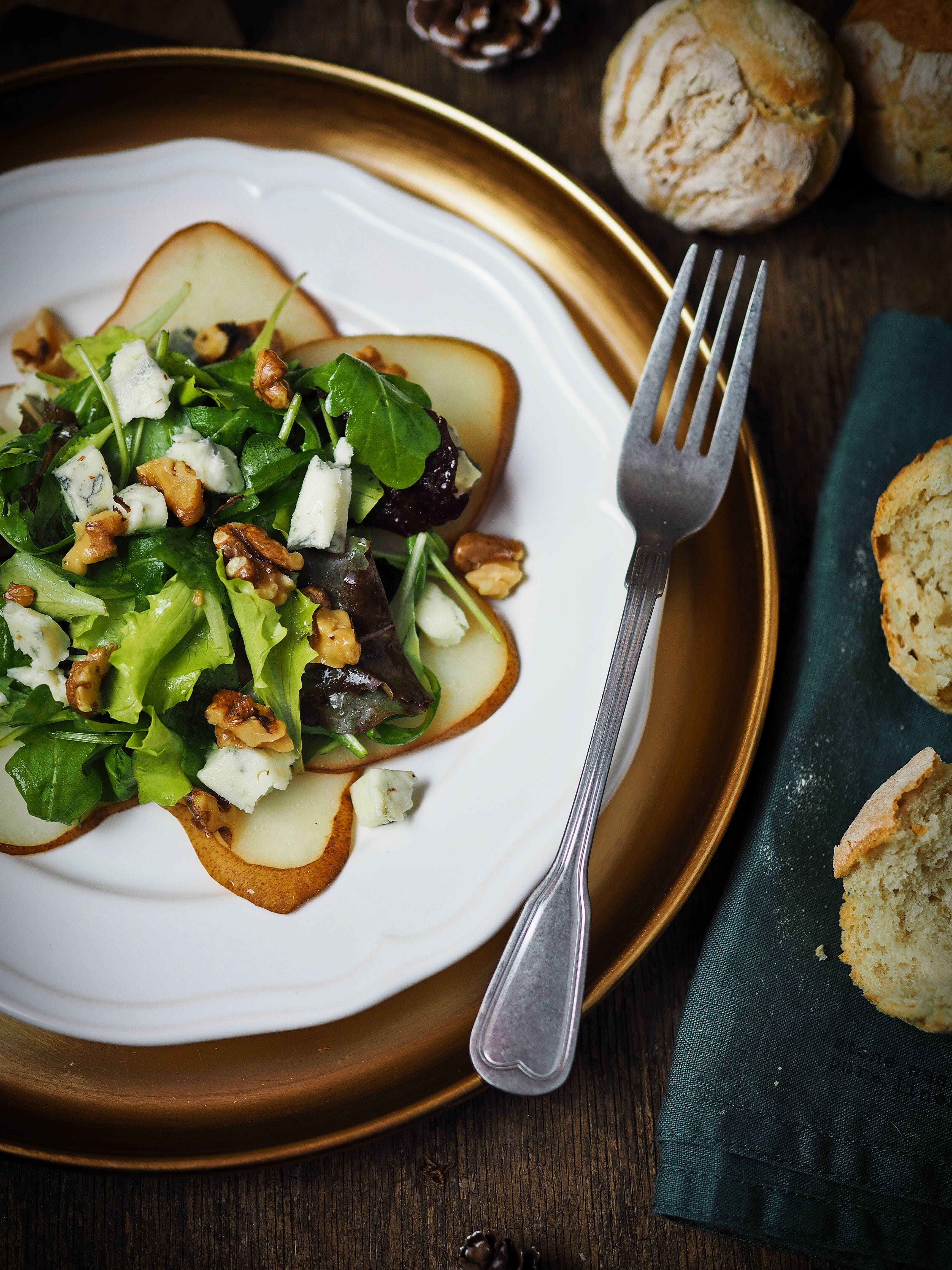 Birnen-Carpaccio mit Pflücksalat, Gorgonzola & Walnüssen