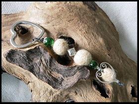 Bild 26: Fellperlen mit unterschiedlichen Silberelementen und grünen Crackelperlen. Preis 30 Euro