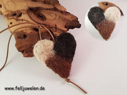 Bild 2) Ein Fellherz aus Alpakawolle mit einem Lederband. Preis: 36 Euro