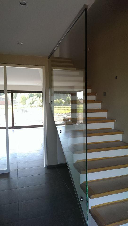 Brüstung seitlich einer Treppe mit dezenten Punkthaltern und dezenten Profil an der Decke