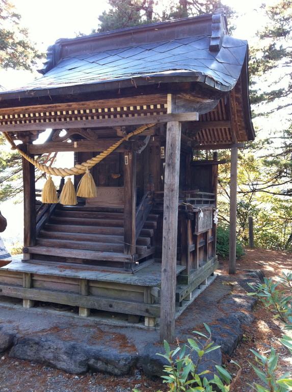 本丸跡に建つ神社に手をあわせてきました