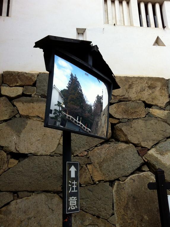 彦根城のカーブミラーはみんな、お城の格好をしています