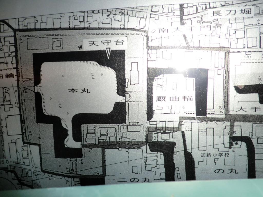加納城の縄張りを現在の地図に重ね合わせるとこんな感じになります