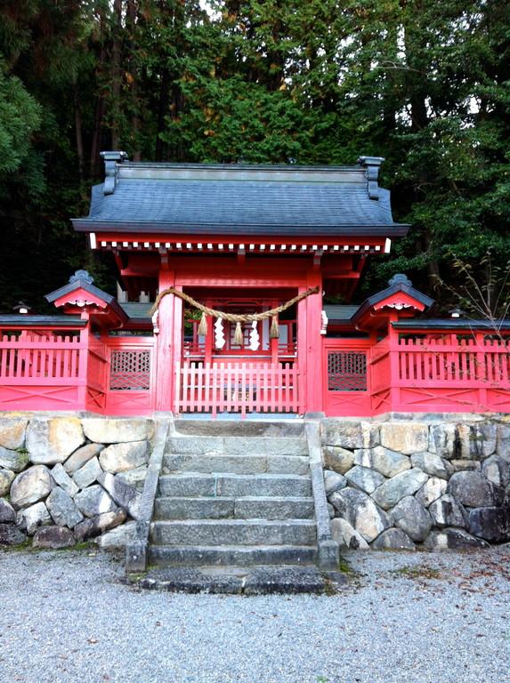 松倉城の麓には敵として戦った金森長近の祭神である金龍神社があります