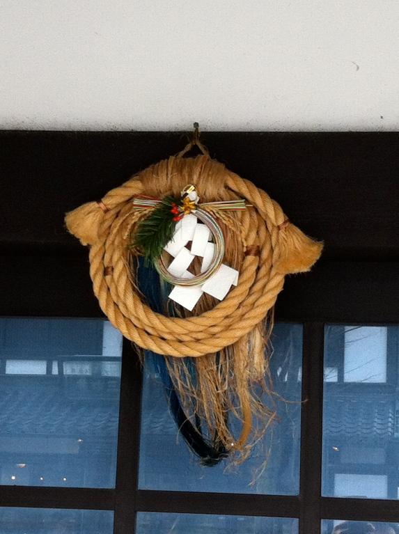 キャッスルロードにある駄菓子やさんのしめ縄が珍しい形だった
