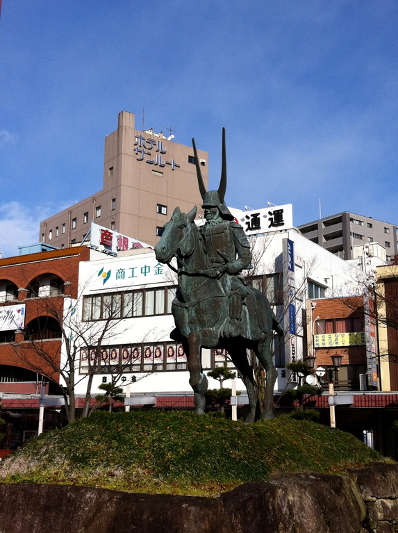 彦根駅前で睨みを効かせる名将、徳川四天王「井伊直政公」